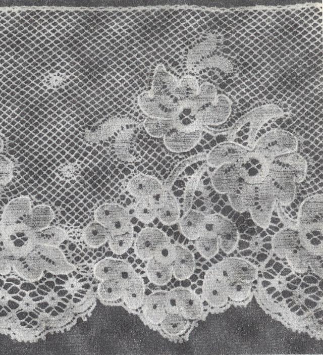 Кружево на базе грунтового переплетения с поверхностным эффектом и контурной нитью. Сетка выработана филейным грунтом.