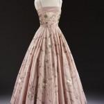 Вечерний наряд из розового шелка, украшенный вышивкой