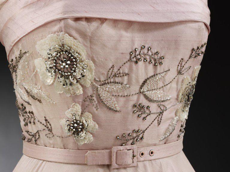 Вышивка лифа платья