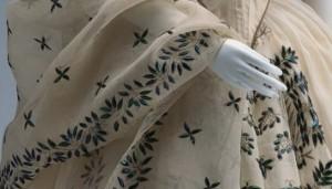 Платье с вышиитыми жуками