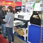 Посетители у текстильного принтера