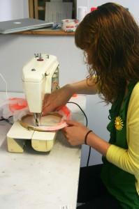 Аманда вышивает
