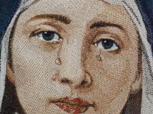 «Dolorosa » (фрагмент). Даже на фотографии заметен 3D эффект вышитых «слез»