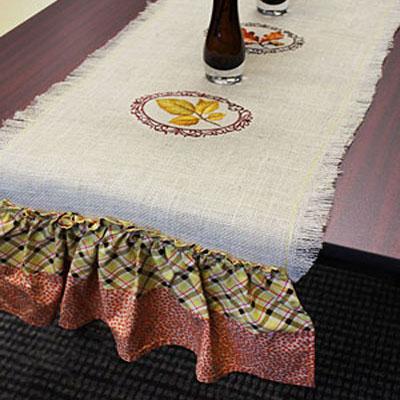 Дорожка на стол и оборками и вышивкой