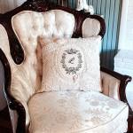 декоративная подушка с кружевами