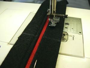 Сумка из фетра украшенная машинной вышивкой: Пристрачивание молнии