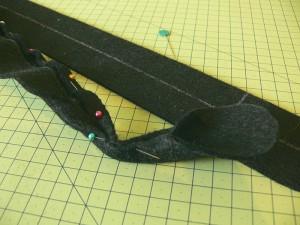 Сумка из фетра украшенная машинной вышивкой: Сшивание деталей ручек