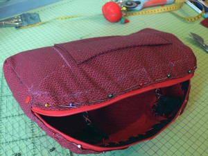 Сумка из фетра украшенная машинной вышивкой: Пришивание подклада