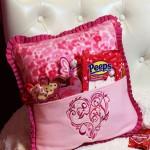 День Влюбленных: Диванная подушка декорированная машинной вышивкой