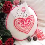 Подарок на день влюбленных: Круглая подушка с кружевным кармашком