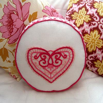 День Св. Валентина: Круглая подушка с кружевным карманом
