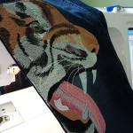 Ремонтируем и декорируем джинсы машинной вышивкой