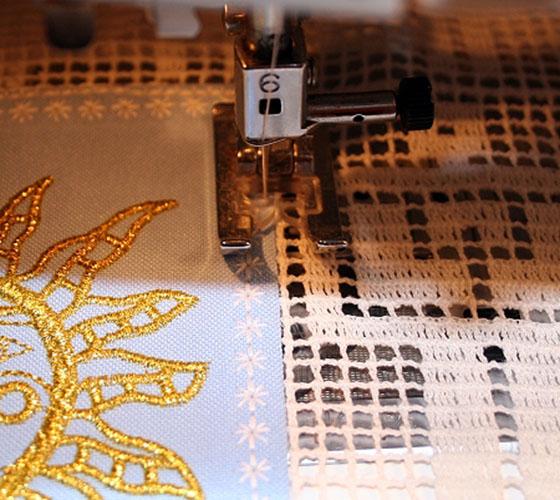 Панно с вышивкой в технике филейное кружево: Сшивание деталей