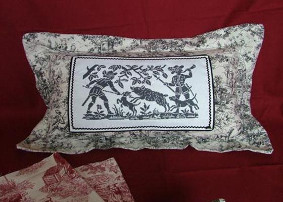 Вышитая крестом подушка
