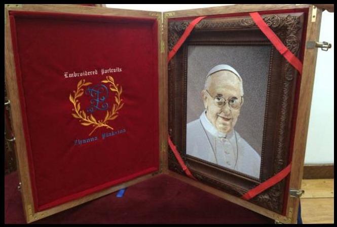 Картины, выполненные машинной вышивкой в подарок Папе Римскому