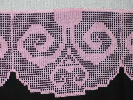 Кружевная салфетка украшенные машинной вышивкой крестом