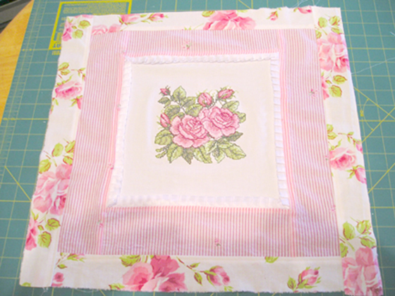 Розы крестом на декоративной подушке