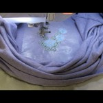 Оформление горловины с помощью машинной вышивки