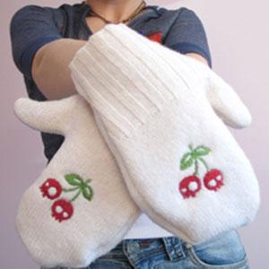 Рукавички из свитера с вышивкой