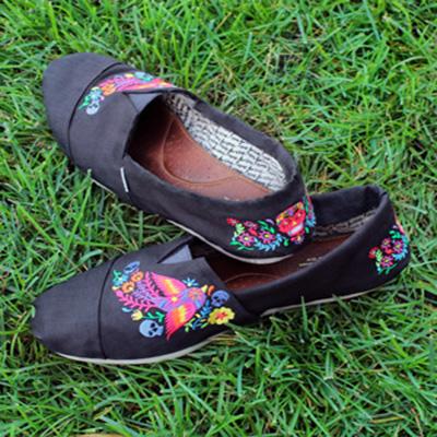 Машинная вышивка: Декорируем обувь