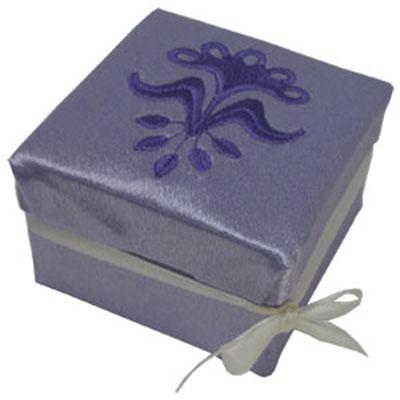 Машинная вышивка: Коробочка для подарков