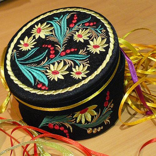 Машинная вышивка: Шкатулка из картонной коробки