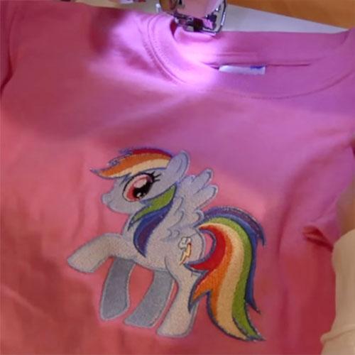 Машинная вышивка по центру футболки