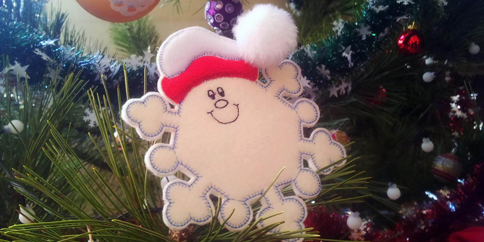 Машинная вышивка: Снежинки из фетра